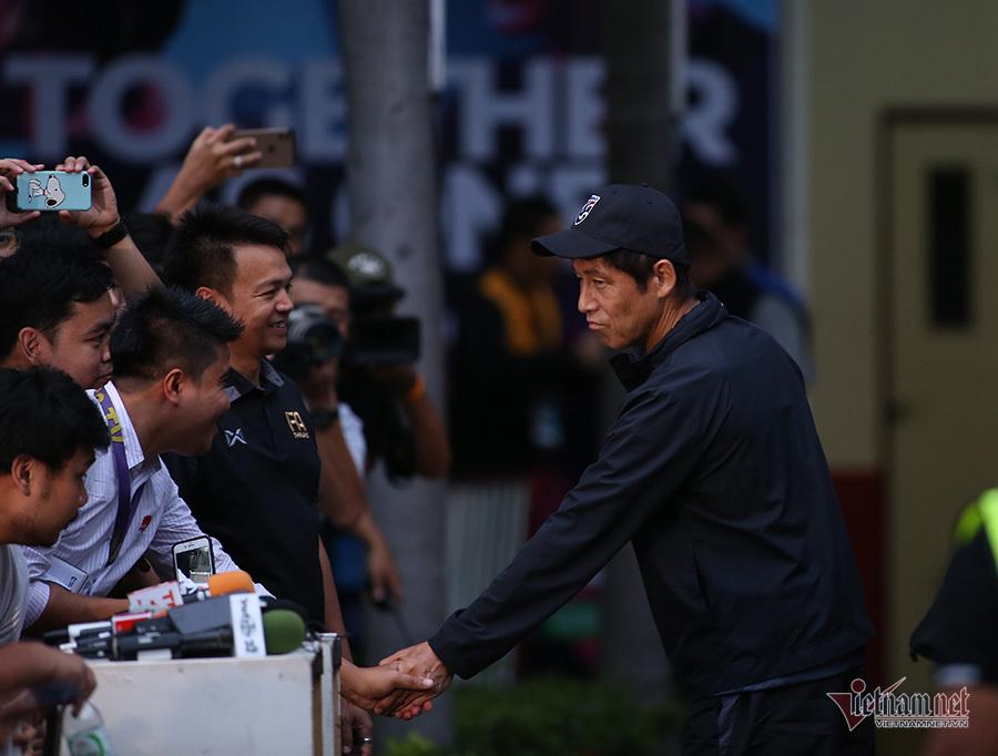 HLV Akira Nishino: 'Đừng hỏi tôi về ông Park và tuyển Việt Nam'