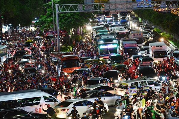 Sài Gòn kẹt xe giữa đêm sau màn pháo hoa 15 phút