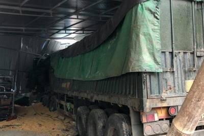 Xe tải lao thẳng vào nhà, 2 vợ chồng tử vong ở Sơn La