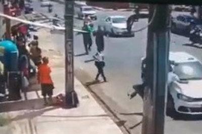 Xem hai phụ nữ kết hợp tung chiêu bắt cướp ngoạn mục