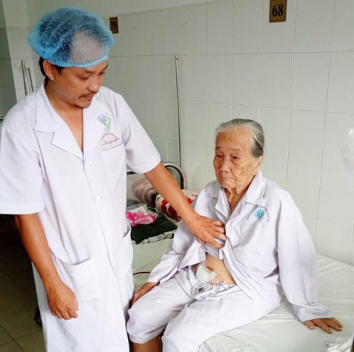 Bác sĩ phẫu thuật lấy viên sỏi khổng lồ trong người cụ bà 84 tuổi
