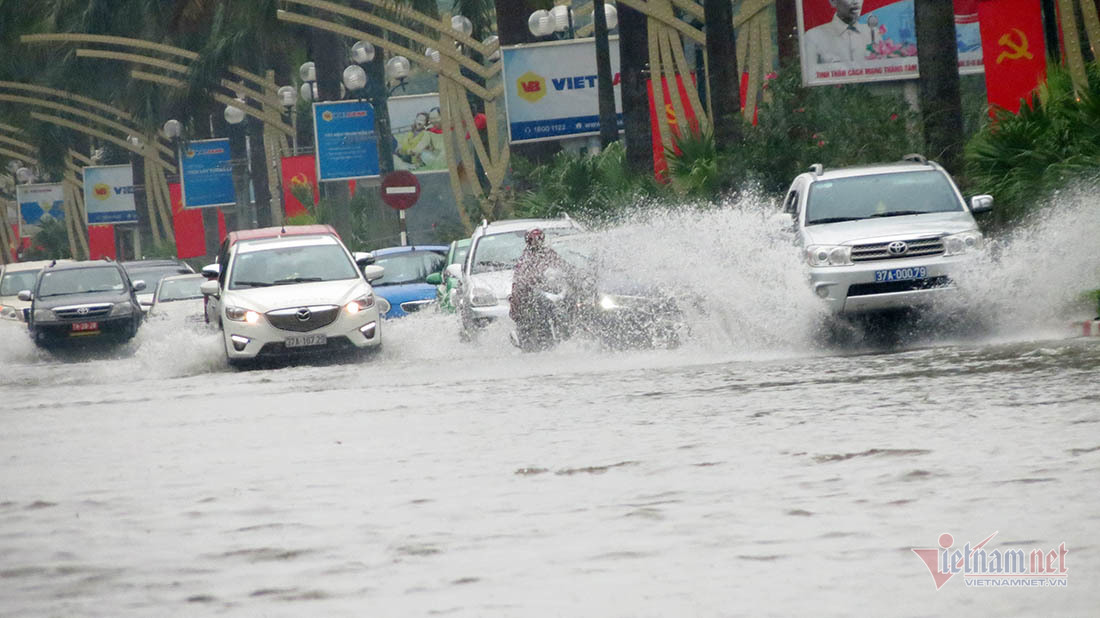 Trăm ô tô rẽ sóng, vượt biển nước giữa thành Vinh