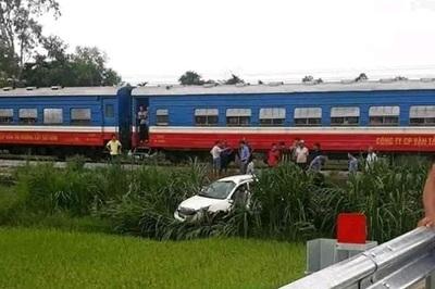 Ô tô bị tàu hỏa tông văng xuống ruộng ở Quảng Ngãi, tài xế nguy kịch