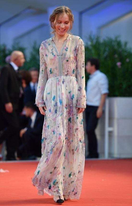 Nữ diễn viên Trung Quốc 66 tuổi vẫn diện đầm khoét ngực sâu tại LHP Venice