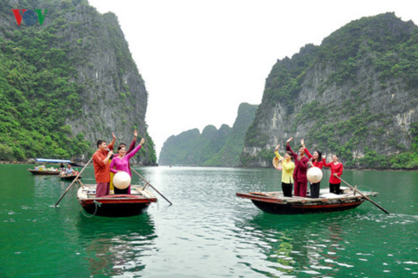 Floating villages in ha long bay,quang ninh,Cua Van Fishing Village,travel news,Vietnam guide,Vietnam tour,travelling to Vietnam