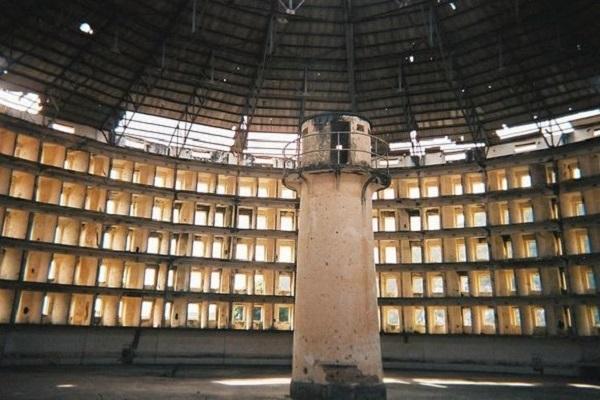 Sự ám ảnh 'ma mị' của nhà tù, sân bay bỏ hoang