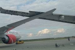 Hai máy bay Nga ngoắc cánh nhau trên đường băng