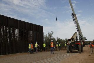 Ông Trump 'khai tử' hàng trăm dự án quân sự lấy tiền xây tường biên giới