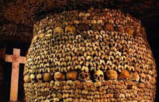 Rợn người bước xuống hầm mộ chứa gần 7 triệu bộ hài cốt