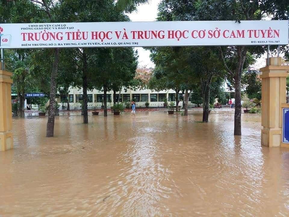 Hàng chục trường ở miền Trung hoãn khai giảng do mưa lũ