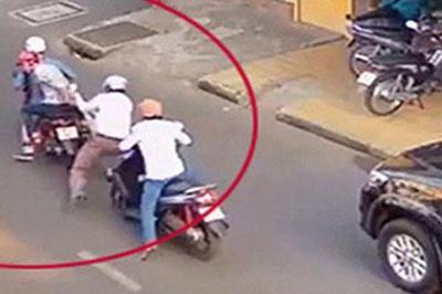 Người phụ nữ bị kề dao vào cổ, cướp xe máy ở vùng ven Sài Gòn