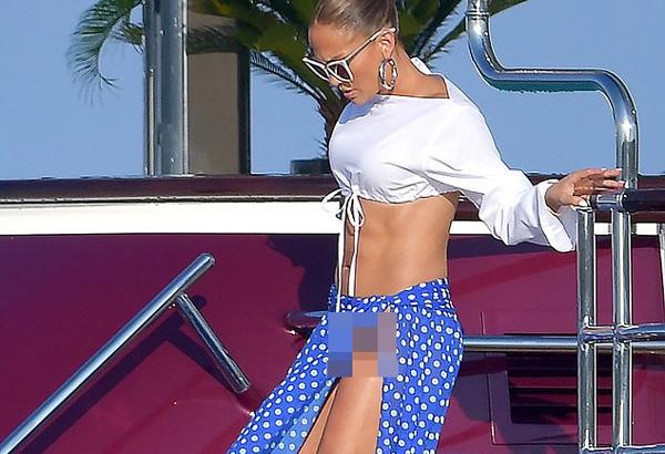 Jennifer Lopez lại gặp sự cố xấu mặt vì váy xẻ quá cao