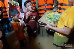 Trẻ em rốn lũ Hà Tĩnh ngấu nghiến ăn lương khô cứu trợ