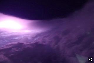 Khoảnh khắc choáng ngợp khi máy bay lao vào mắt siêu bão