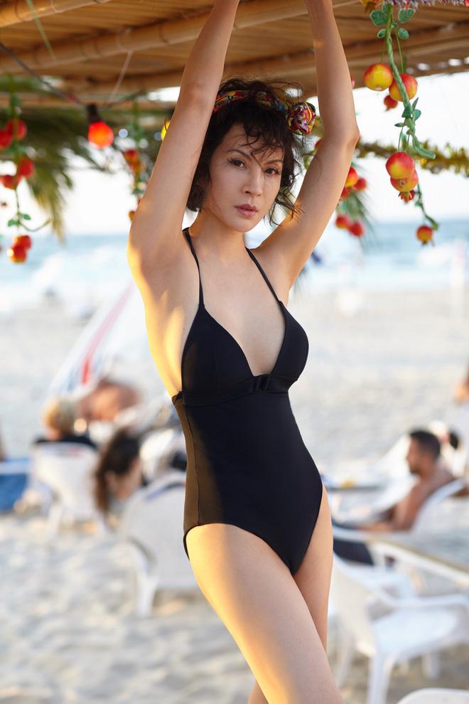 Sao nữ Việt tuổi ngũ tuần: Người táo bạo bán nude, người mặc bikini cắt xẻ