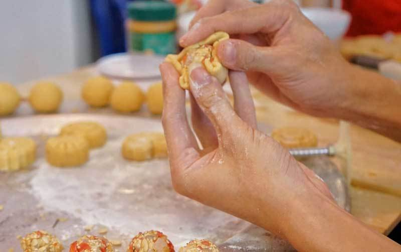 Cafe lạ Hà Nội, bà chủ tự làm 2.000 bánh trung thu tặng khách