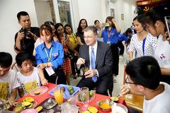 Ly cà phê sữa đá trẻ tự kỷ mời Đại sứ Mỹ