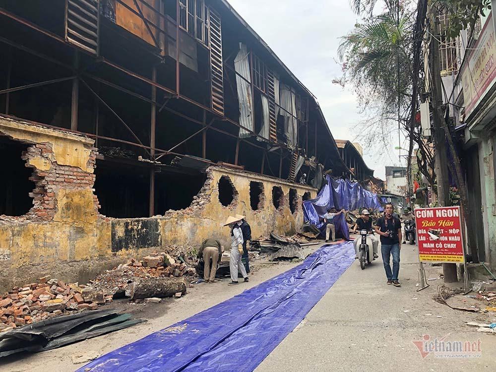 Khám nghiệm, che bạt kín mít hiện trường nhà xưởng Rạng Đông cháy rụi