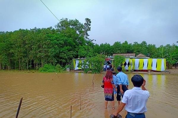 Đám cưới giữa mưa lũ, chú rể Quảng Trị cõng cô dâu về nhà