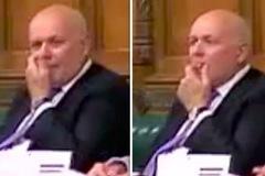 Nghị sĩ Anh móc gỉ mũi cho vào miệng giữa cuộc họp Brexit