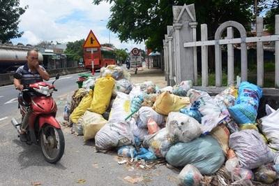Rác chất đống, bốc mùi nằm ngổn ngang dọc quốc lộ 1A ở Quảng Nam