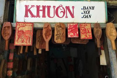 Bảng hiệu 'kiệm lời' và chuyện kinh doanh lạ của ông chủ phố cổ Hà Nội