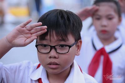 """Lãnh đạo hát quốc ca, """"xin phát biểu ngắn gọn"""" tại khai giảng năm học mới"""
