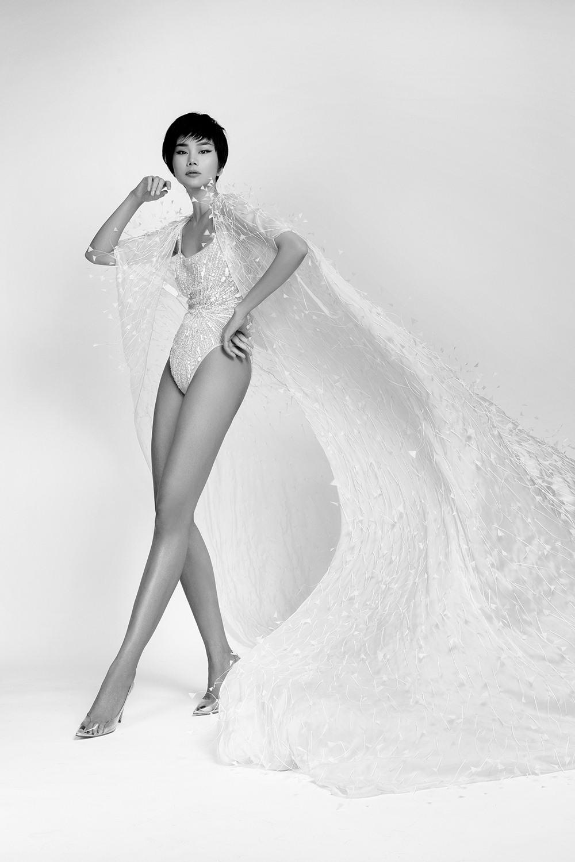 Thanh Hằng mặc váy xẻ tới eo, khoe chân dài 1,12m