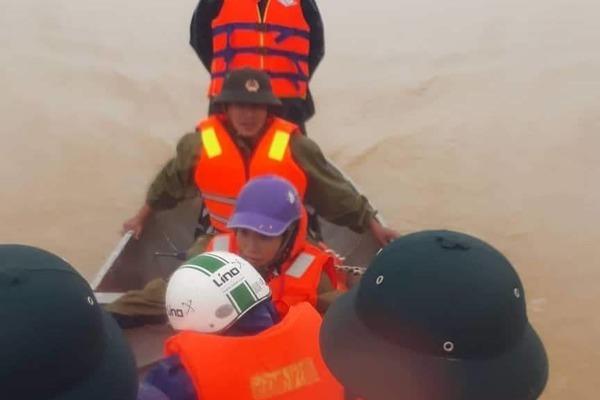 Chèo thuyền vượt nước lũ hơn 10km, đưa sản phụ chuyển dạ đến bệnh viện