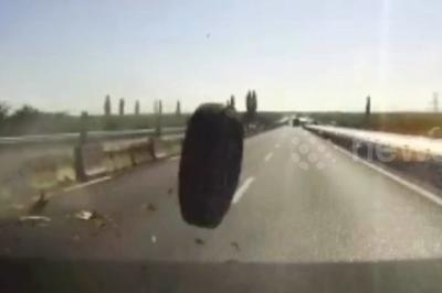 Lốp xe tải bay trên đường đâm vỡ đầu ô tô