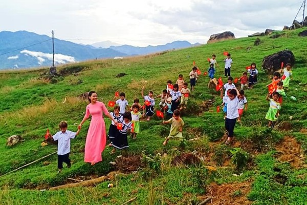 Lễ khai giảng giữa núi đồi của 34 học trò và 2 cô giáo trẻ