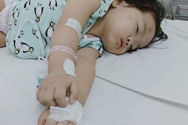 Trao hơn 27 triệu đồng cho bé gái kiên cường chống bệnh ung thư