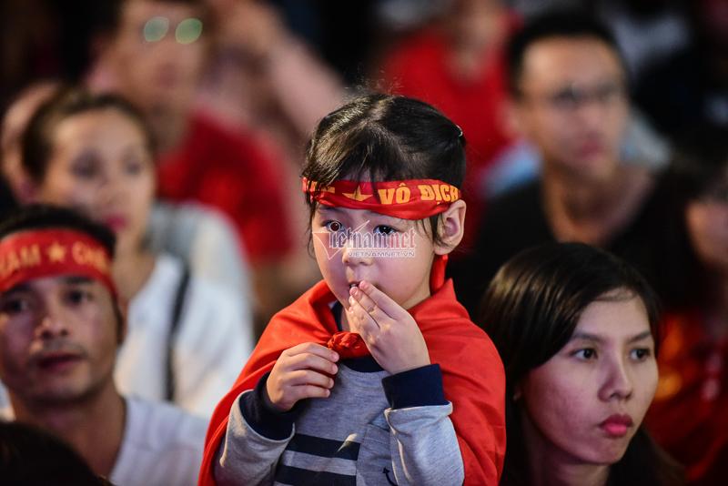 Trăm cổ động viên Sài Gòn cuồng nhiệt cổ vũ tuyển Việt Nam gặp Thái Lan