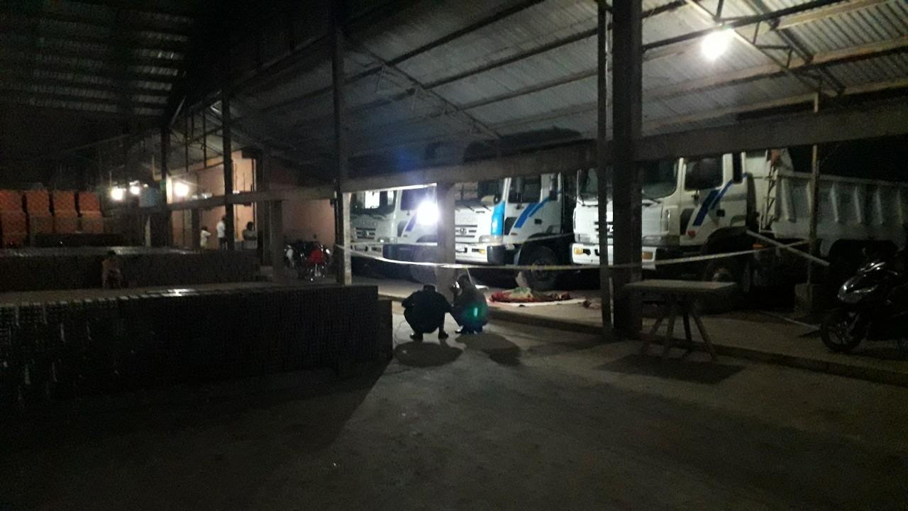 Sửa xe ben trong lò gạch, tài xế ở Bình Dương bị cabin đè chết