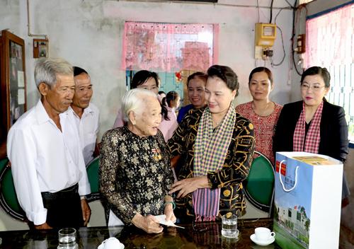 Chủ tịch QH Nguyễn Thị Kim Ngân đổ bánh xèo đãi bà con Đồng Tháp