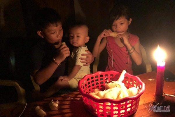 Xót xa nồi cơm trắng thức ăn của dân rốn lũ Hà Tĩnh