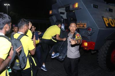 """Cầu thủ Malaysia rời """"chảo lửa"""" Bung Karno bằng xe bọc thép"""