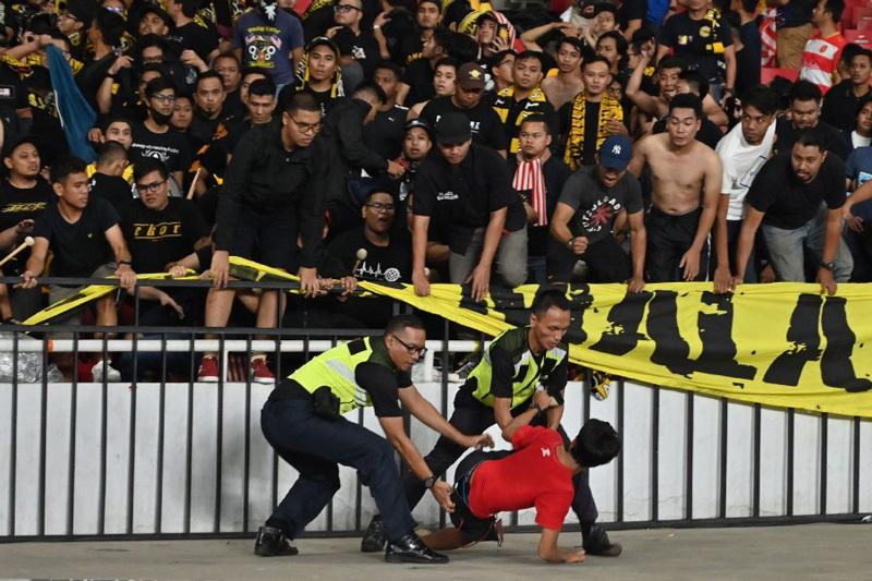 Cầu thủ Malaysia rời 'chảo lửa' Bung Karno bằng xe bọc thép