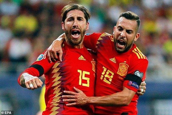 Tây Ban Nha thắng hú vía trên sân Romania