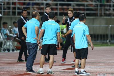 Trợ lý tuyển Thái Lan khiêu khích, chỉ mặt HLV Park Hang Seo