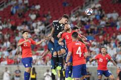 Vắng Messi, Argentina hòa Chile trong trận cầu bạo lực