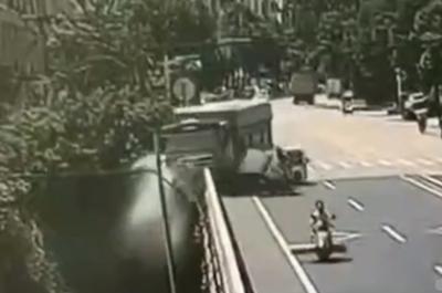 Tránh xe lam, xe tải đánh lái xuống sông