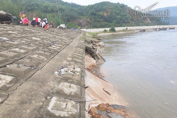 Đê biển 300 tỷ ở Hà Tĩnh 'hở hàm ếch' sau mưa lũ