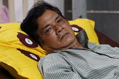 Vợ nghệ sĩ Mai Trần xót xa nhìn chồng nằm hành lang viện chờ phẫu thuật