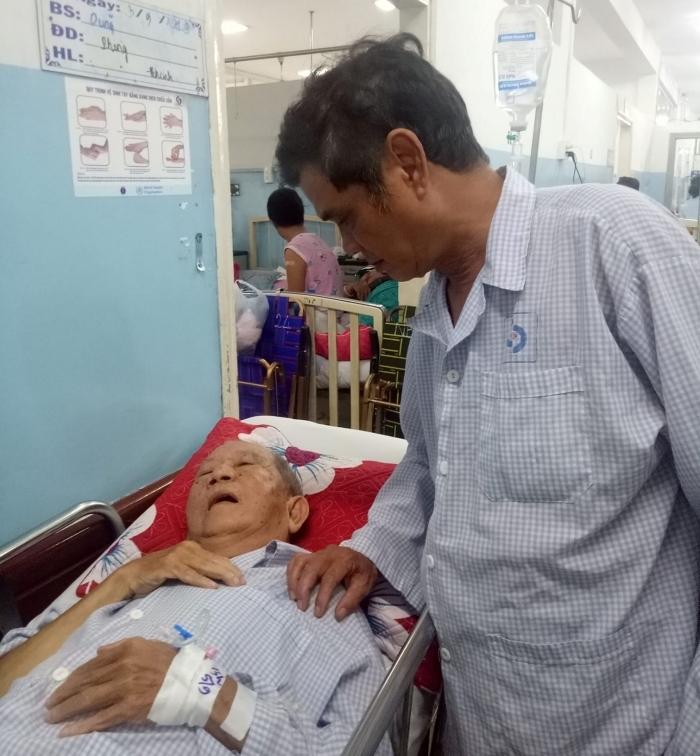 Cùng nằm viện, Mạc Can chia tiền giúp Mai Trần lo chi phí phẫu thuật