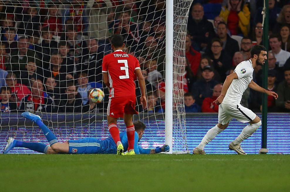 Gareth Bale hóa người hùng, Xứ Wales thắng hú vía