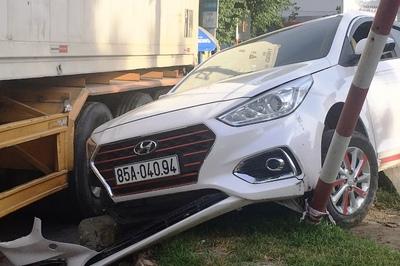 Xe container tông 2 xe con móp méo ở Ninh Thuận