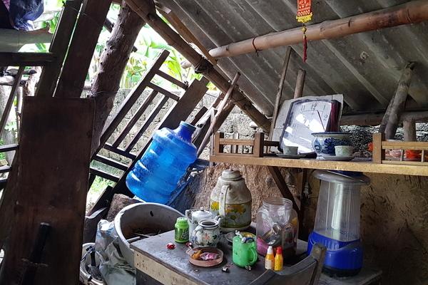 Người đàn ông tâm thần sống trong túp lều rách nát