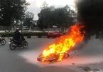 Xe máy trượt hàng chục mét sau tai nạn, bốc cháy ngùn ngụt