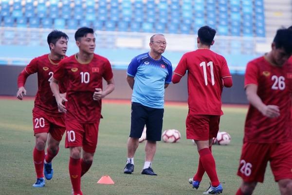 Thầy Park trầm tư trên sân tập chờ đấu U22 Trung Quốc